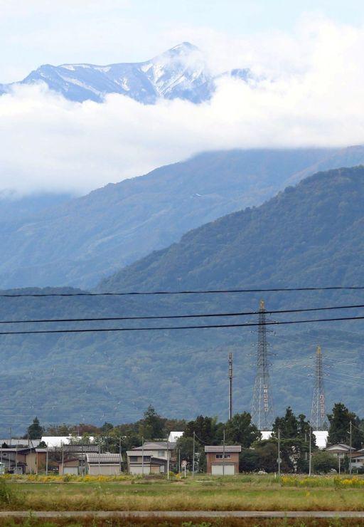 山頂周辺が今季初めて雪化粧した火打山=17日午前10時すぎ、上越市新保古新田
