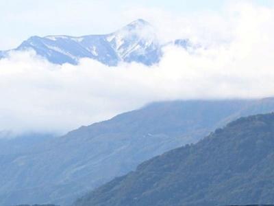 冬刻々と 火打山に初雪 妙高