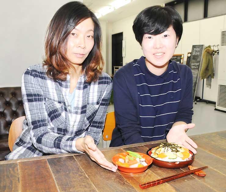 大平とほお葉ずしをアレンジした料理を紹介する西尾絵里子さん(左)と坂下佳奈さん
