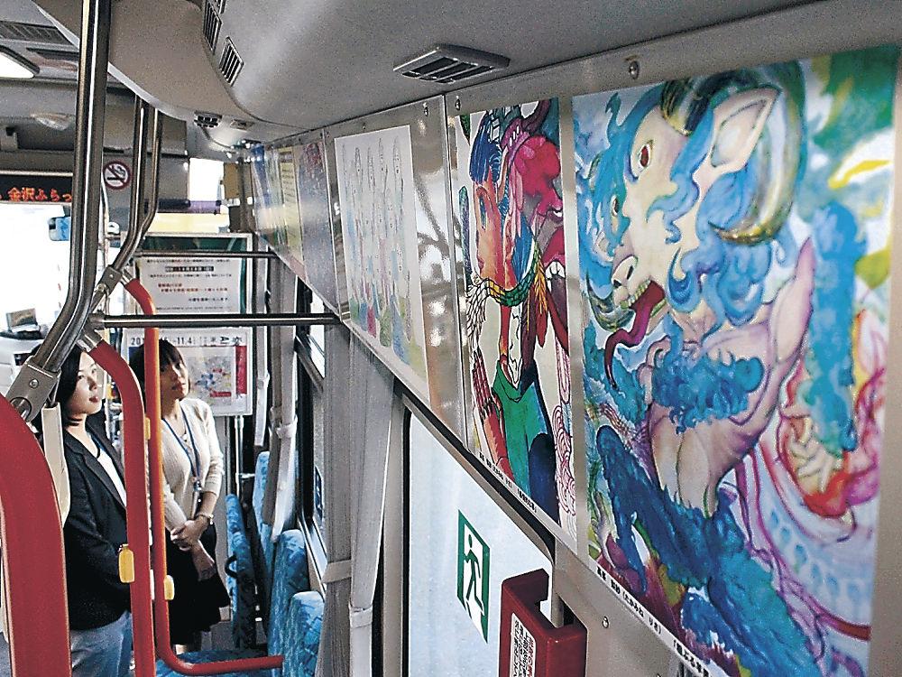金沢ふらっとバスの車内に展示された作品=市役所庁舎前広場