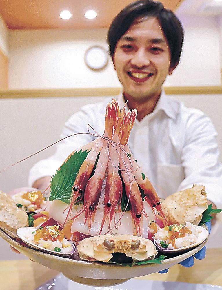 海鮮丼「七尾城」を紹介する店員=七尾市内の飲食店