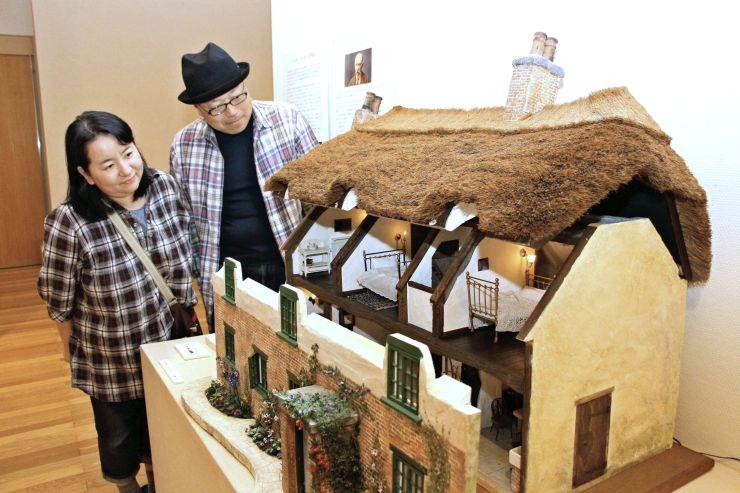 国内外のドールハウスが並ぶ展示会=長岡市上の原町