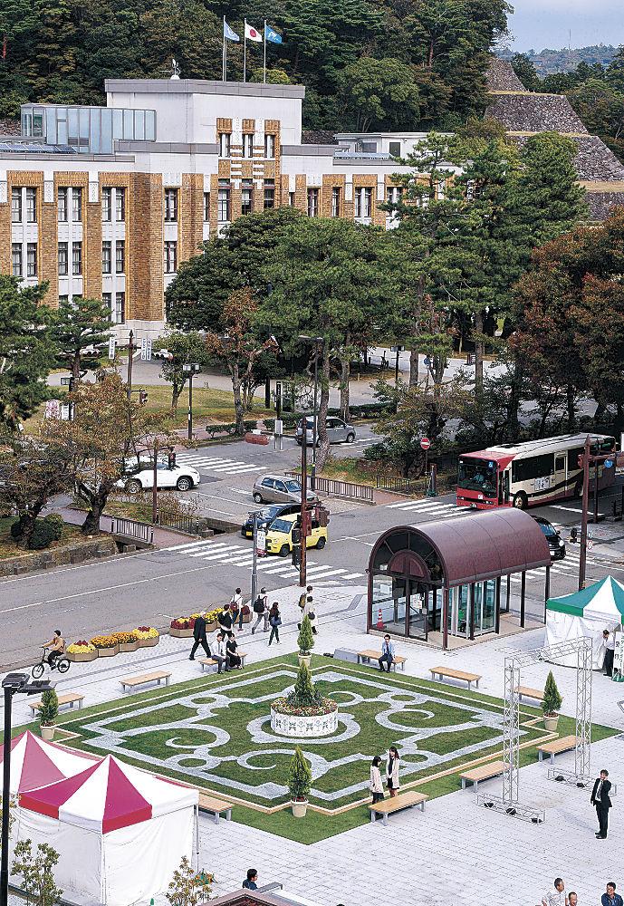 幾何学模様が施されたフランス風の創作庭園=市役所庁舎前広場