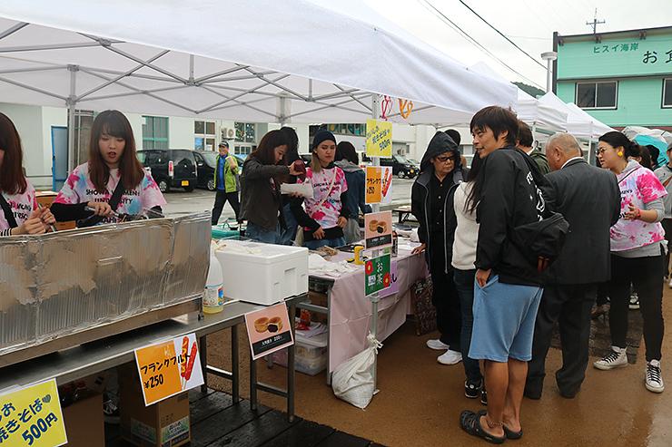 昭和女子大の海の家などが並び、住民らでにぎわうオープニングイベント
