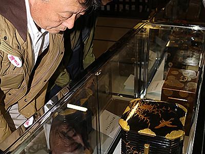 勝興寺宝物、装飾華やか 本堂で展示開始
