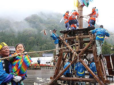 勇壮に「石かち」響く 利賀の山祭り