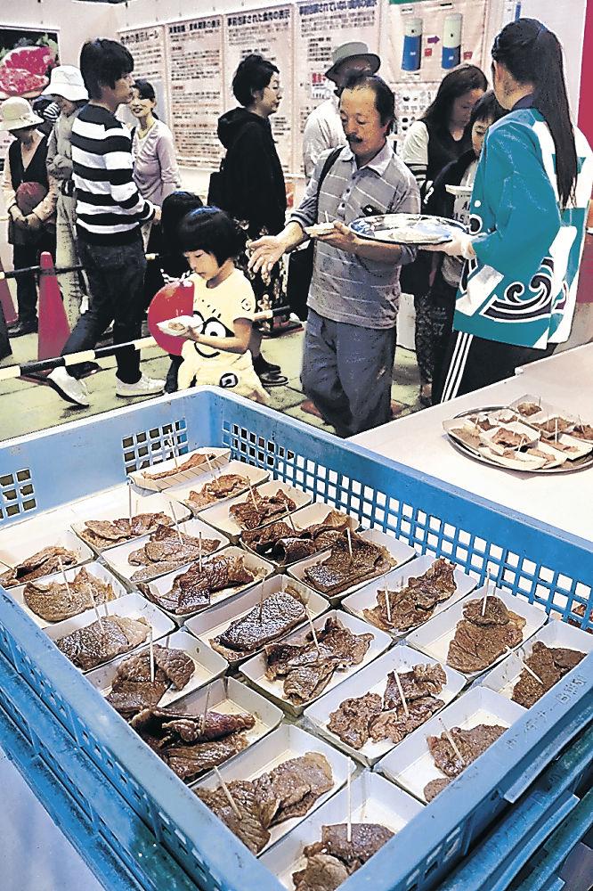 能登牛の試食に並ぶ来場者=金沢市の石川県産業展示館4号館