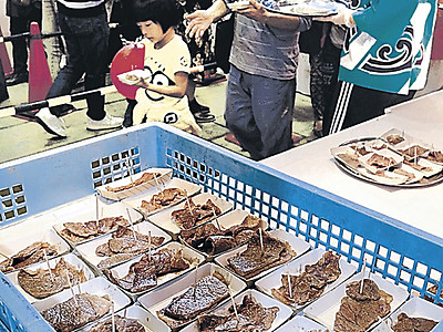 石川の味を堪能 農林漁業まつりに長い列