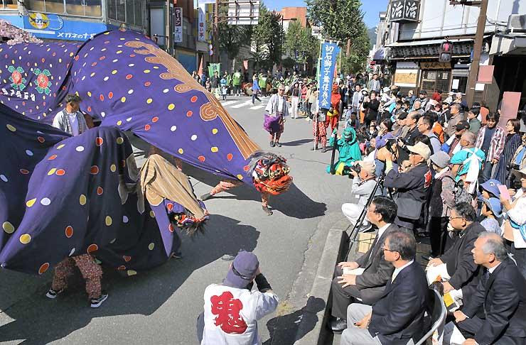 大勢の観客を前に勇壮な舞を披露する切石獅子舞保存会