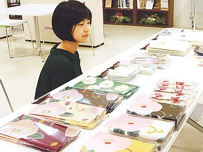 グッズ先行販売、「和」感じる日用品  高岡・椿絵名品展