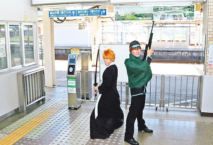 石動駅でポーズを決める参加者