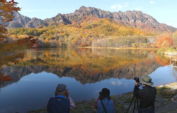 紅葉に彩られた戸隠連峰が映る鏡池