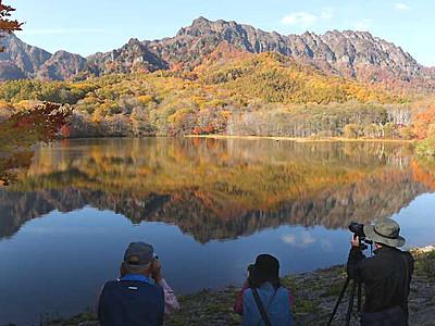 「鏡」の中も紅葉の世界 戸隠の木々色づく