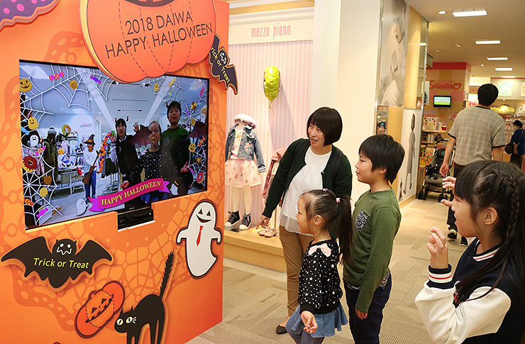富山大和が売り場に設置した大型モニター。VR技術で仮装気分を味わえる
