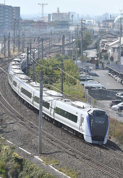 松本市内を快走するE353系電車