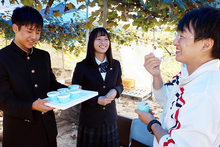 ジェラートの試作品を味わう(右から)按田さん、島田さん、佐竹さん