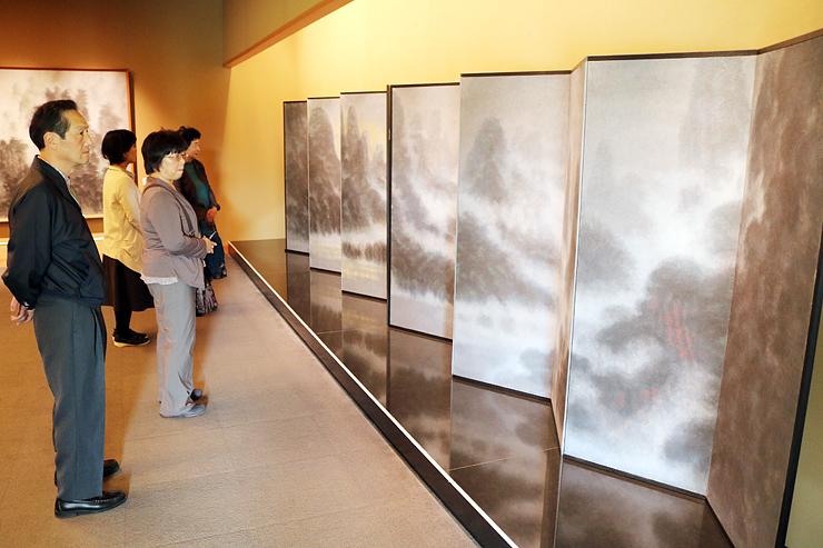 山水風景を題材にした下保さんの水墨画が並ぶ会場=県水墨美術館