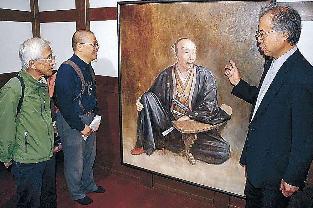 生前に描かれたとされる利家の肖像画を基に描いた末松さんの新作=石川国際交流サロン