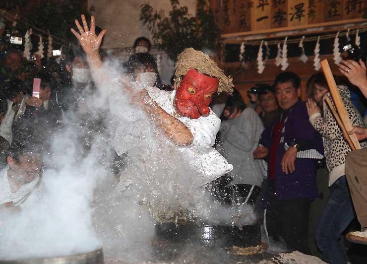 熱湯を素手ではじく「湯切り」で盛り上がる上村上町地区の霜月祭り(遠山郷観光協会提供)