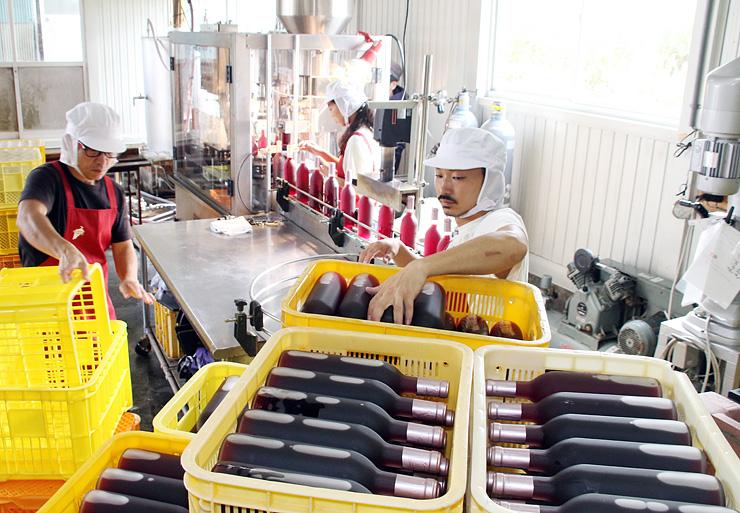 ワインを瓶詰めする従業員=ホーライサンワイナリー
