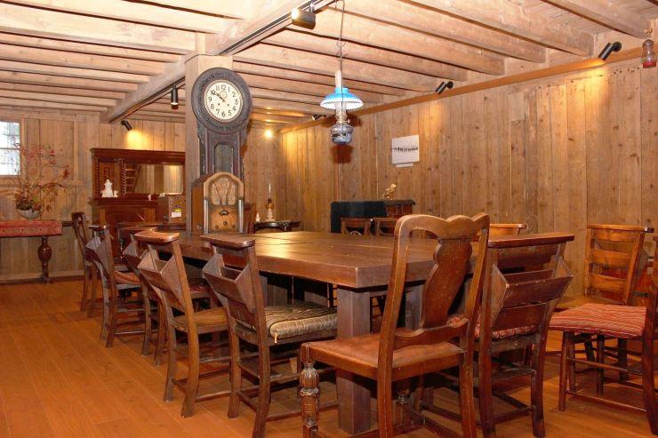 保阪邸の蔵でも撮影可能。年代物のテーブルや古時計などが置かれている=上越市戸野目