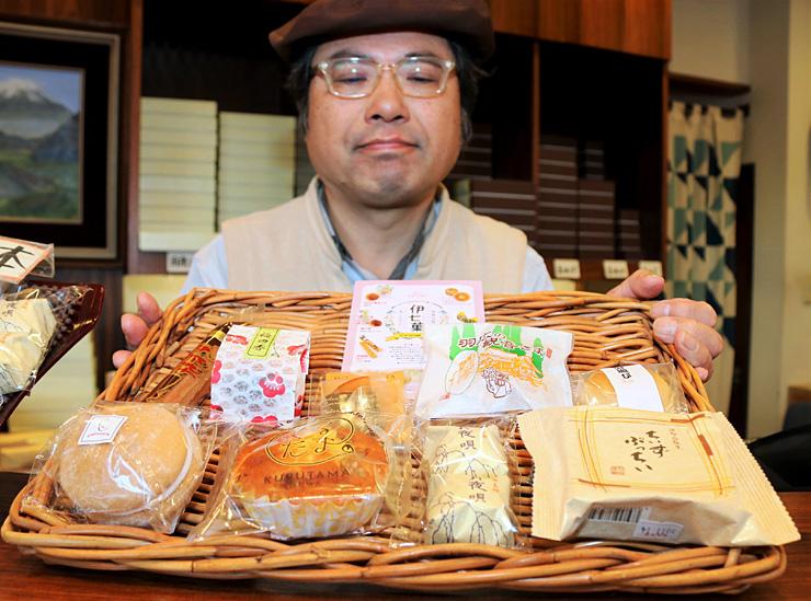 菓子セット「伊七菓」を紹介する竹村さん