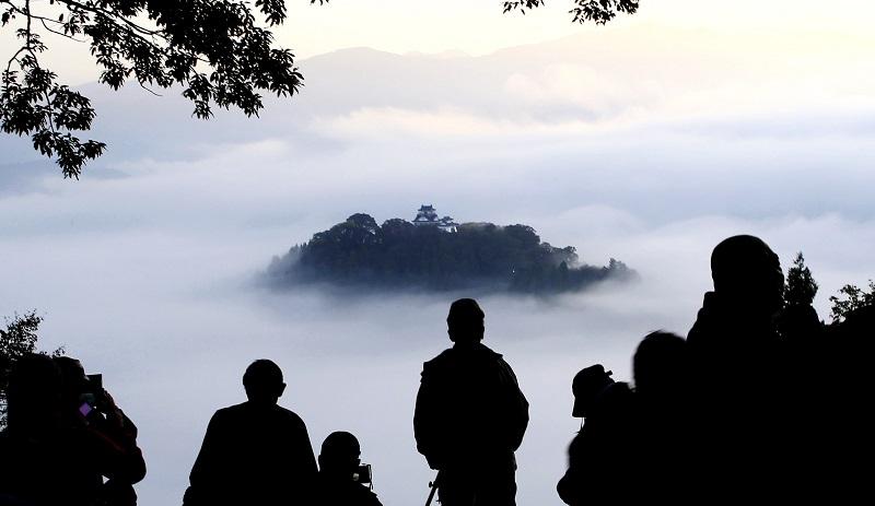 神秘的な光景が広がる越前大野城の「天空の城」=25日午前6時45分ごろ