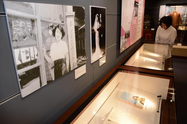 津村さんの写真や直筆の原稿が並ぶ企画展=10月26日、福井県福井市の福井県ふるさと文学館