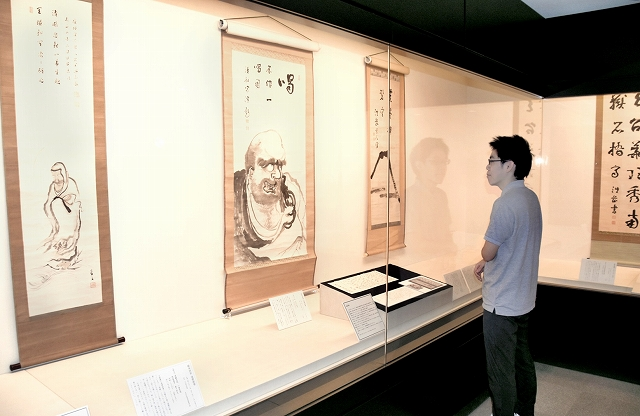 釈宗演ゆかりの史料が並ぶ企画展=福井県の高浜町郷土資料館