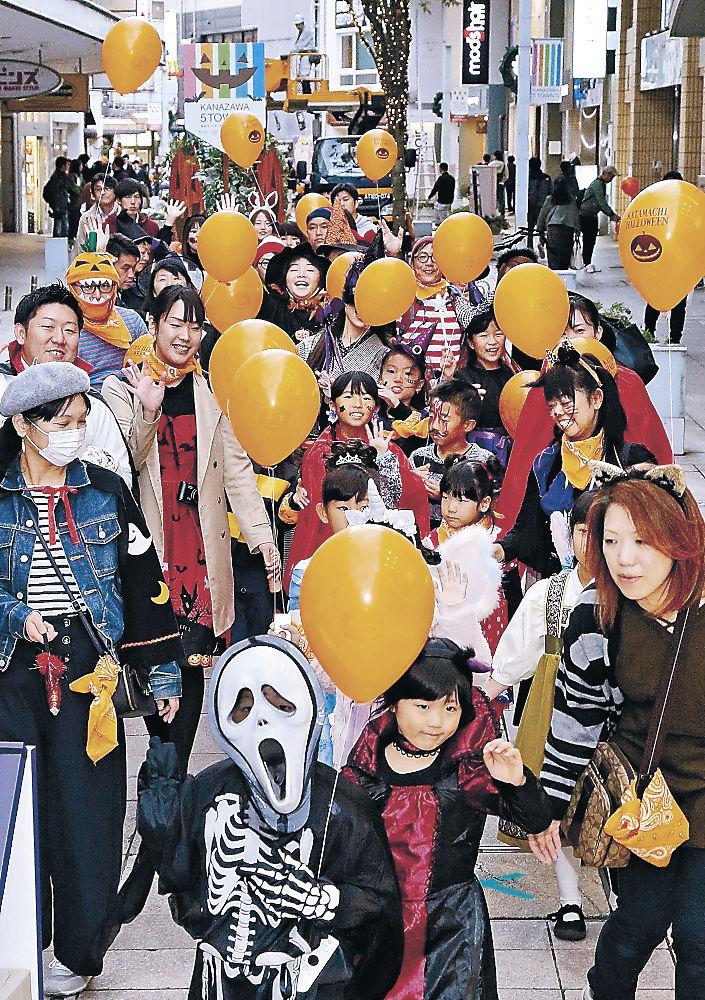 ユニークな仮装でパレードする参加者=竪町商店街