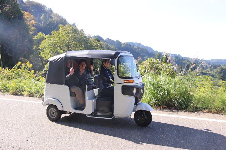 観光客を乗せ、棚田などがある地域を巡る電気三輪車=長岡市山古志竹沢