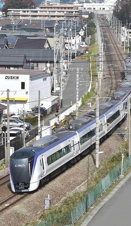 松本市内を走るE353系の新型車両