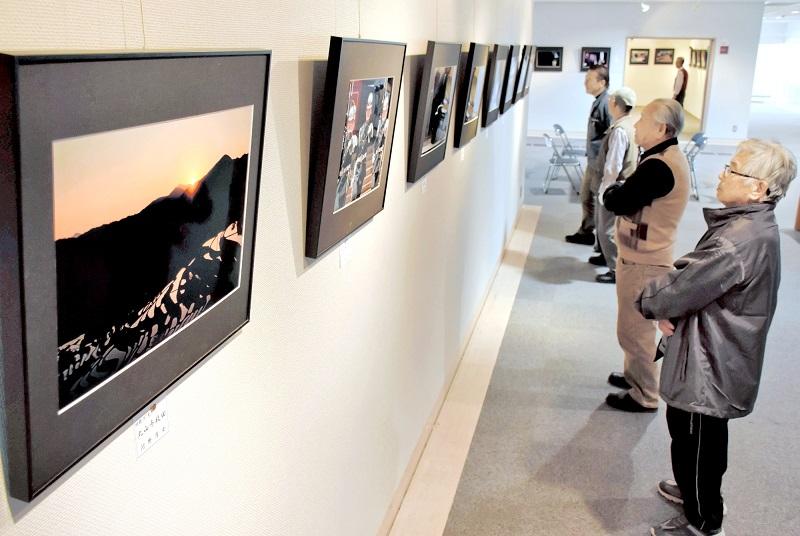 近作を中心にした風景写真などが並ぶ作品展=10月29日、福井県の鯖江市文化の館