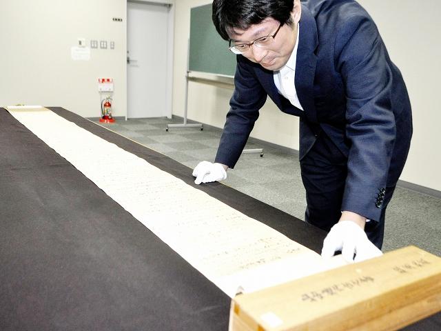 修復が完了し、11月23日から一般公開される「山中橘内書状」=10月31日、福井県小浜市立図書館