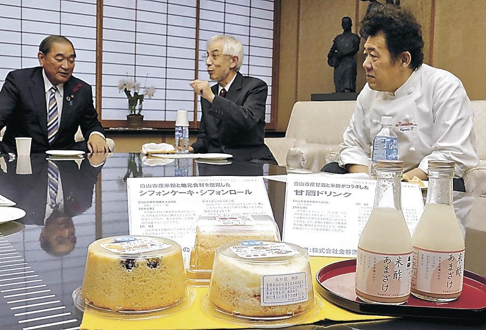 新たに開発されたシフォンケーキとロール、甘酒ドリンクを説明する関係者=白山市役所