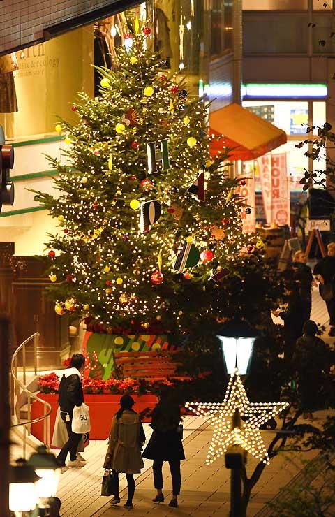 松本パルコ入り口に早くもお目見えしたクリスマスツリー。市街地を明るく彩った=1日午後5時45分、松本市中央