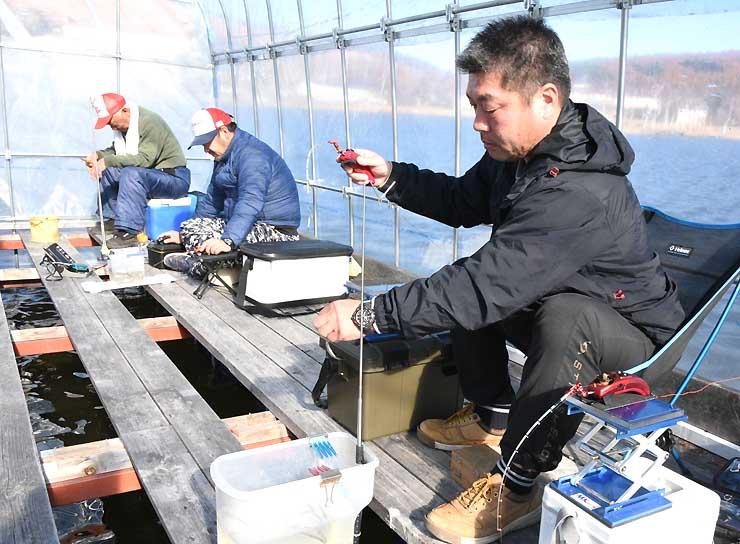 観光ワカサギ釣りが始まった白樺湖で釣り糸を垂らす釣り客