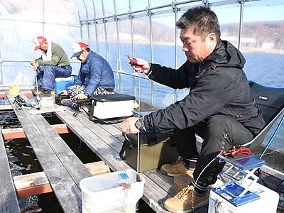 白樺湖、ワカサギ釣り始まる ドーム船から2年魚の手応え