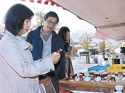 格安九谷焼を品定め 能美で陶芸村まつり開幕