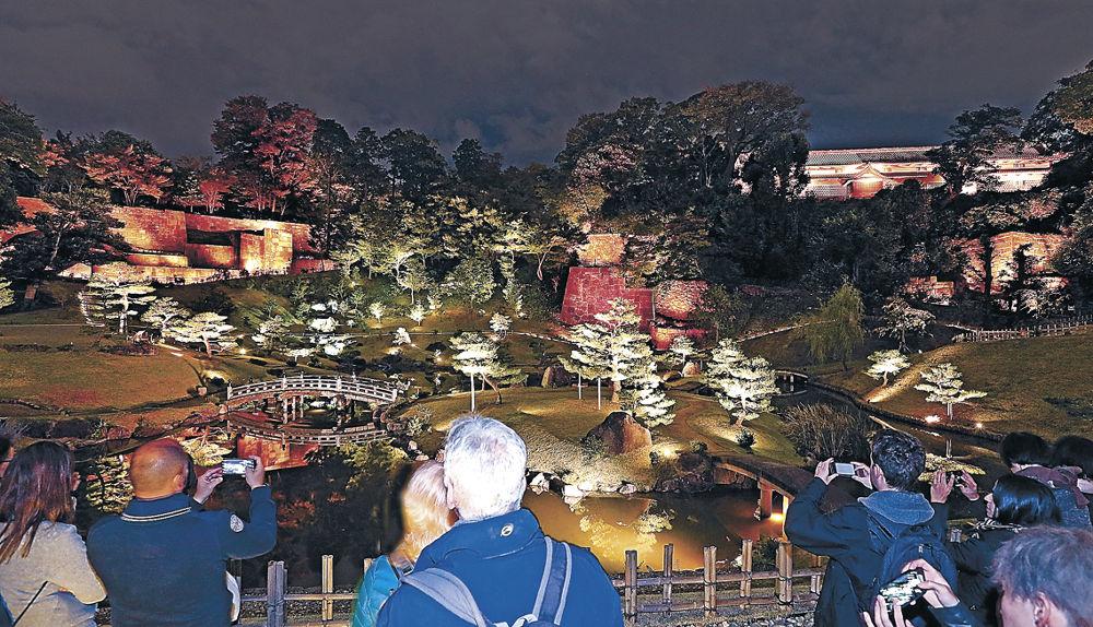 ロックの曲に合わせてライトアップされた玉泉院丸庭園=金沢城公園
