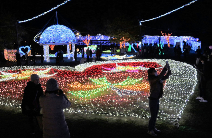 ハート形などの電飾が輝く「SAKU BLOOM」の会場