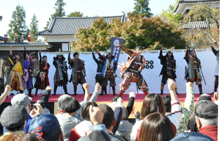 上田城跡公園の武将隊集結イベントで気勢を上げる各地の武将隊メンバーら