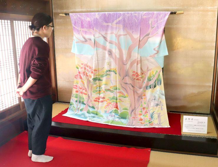 村山雨景さんが制作した訪問着が展示されている大広間=新潟市江南区