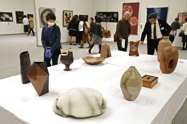 初日から多くの人が訪れた芸展前期展=4日、新潟市中央区