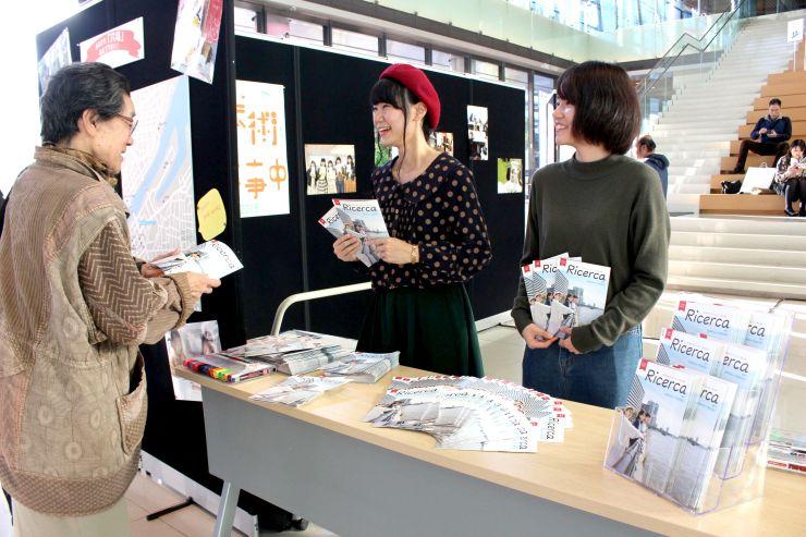 フリーペーパー「リチェルカ」をPRする学生=3日、新潟市中央区