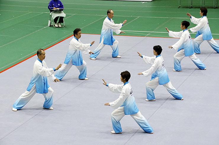 細部まで神経の行き届いた演武を披露する太極拳「チームきらり」の7人=富山市八尾スポーツアリーナ