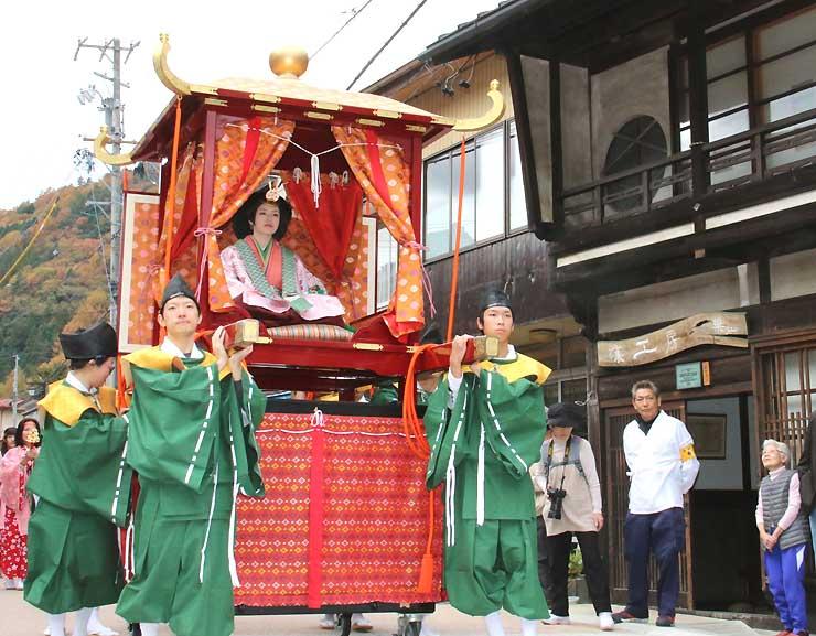 皇女和宮が中山道を通った様子を再現し、木曽平沢の通りを進む行列