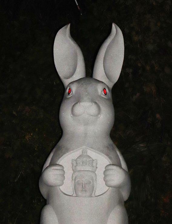 <暗闇に光る目> 夜はLEDで両目が赤く光るウサギ観音=4日、佐渡市