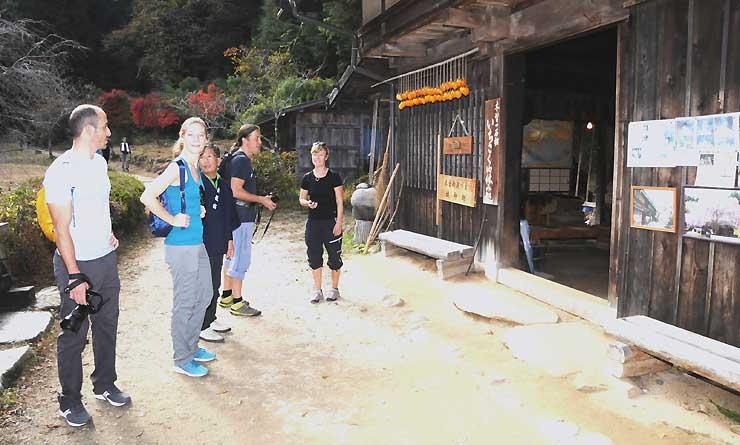 妻籠宿と馬籠宿の間にある「一石栃立場茶屋」に立ち寄る外国人観光客ら