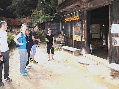 外国人客の人気集める旧中山道 妻籠―馬籠、10月に月別最多